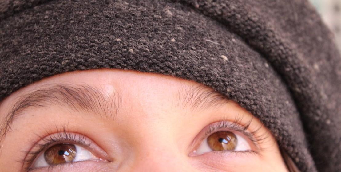 sourcils, chapeau, gros plan yeux, malice, écrivain