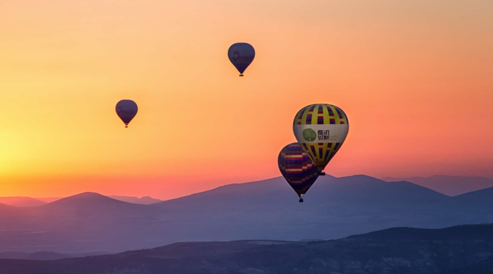 Ballons, ciel, coucher soleil, montagnes